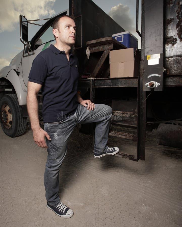 Homme posant en un camion photographie stock