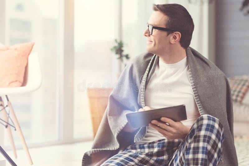 Homme positif créatif appréciant la vue de fenêtre photographie stock