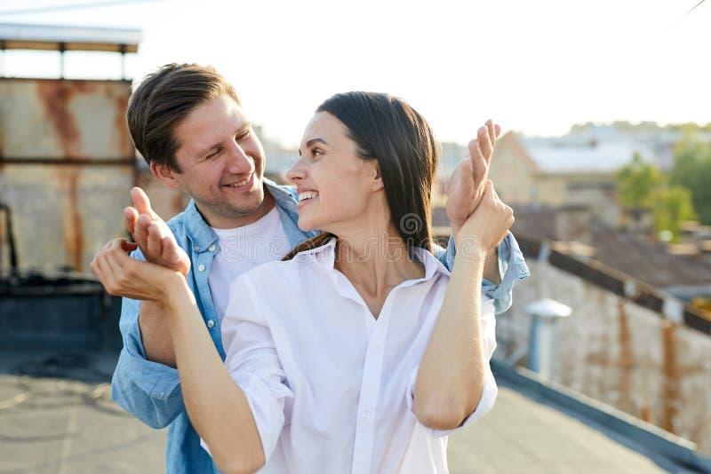 Homme positif faisant la surprise pour sa dame photo libre de droits