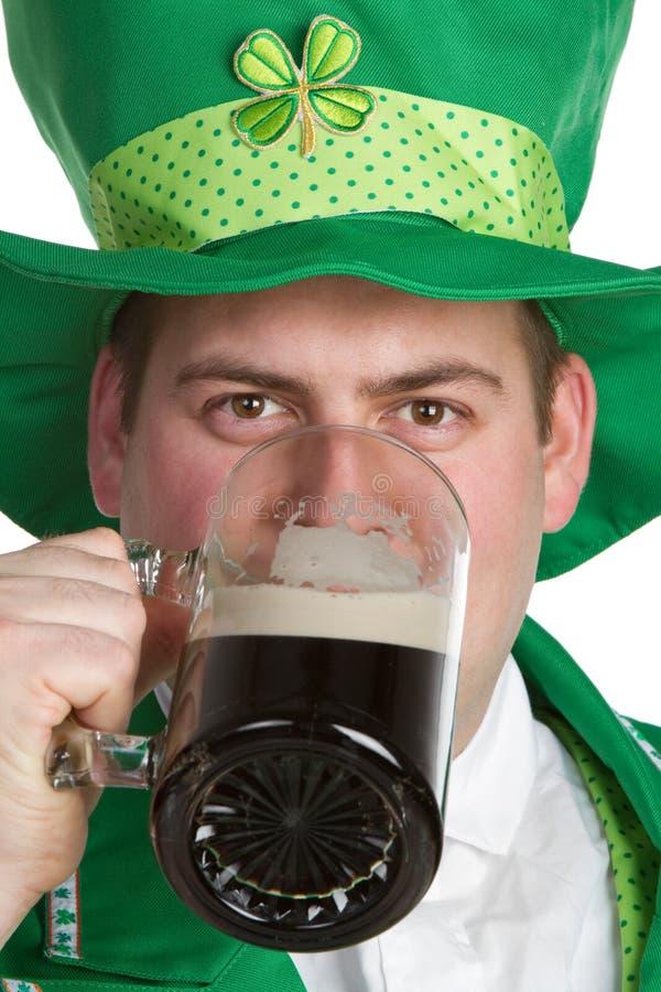 Homme potable de bière photos stock