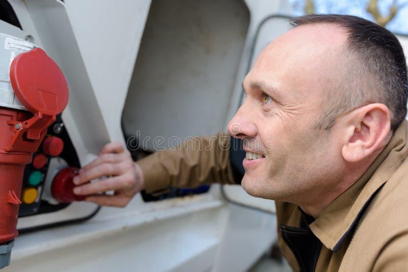 Homme poussant l'alarme d'incendie photo stock