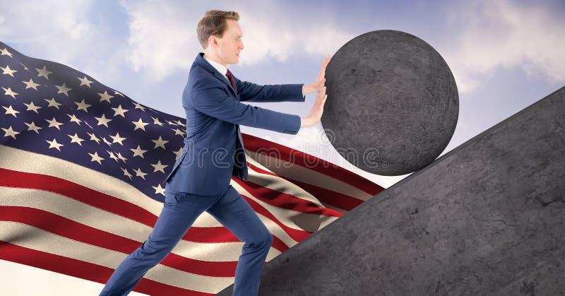 Homme poussant le roulement autour de la roche images stock
