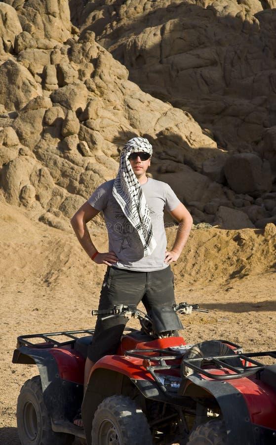 Homme près d'ATV dans le désert images libres de droits