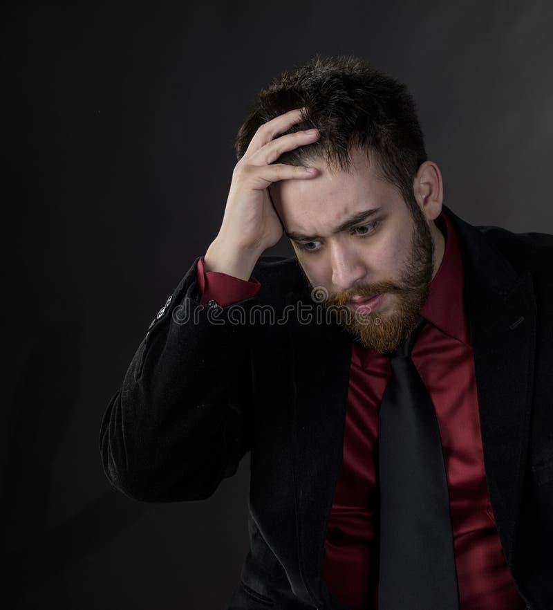 Homme préoccupé dans le tenue de soirée noir et marron photo libre de droits