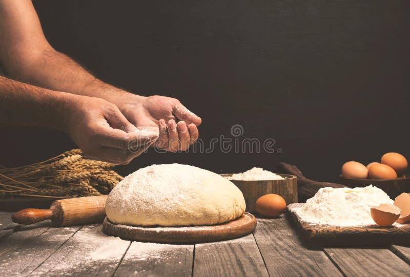 Homme préparant la pâte de pain images libres de droits