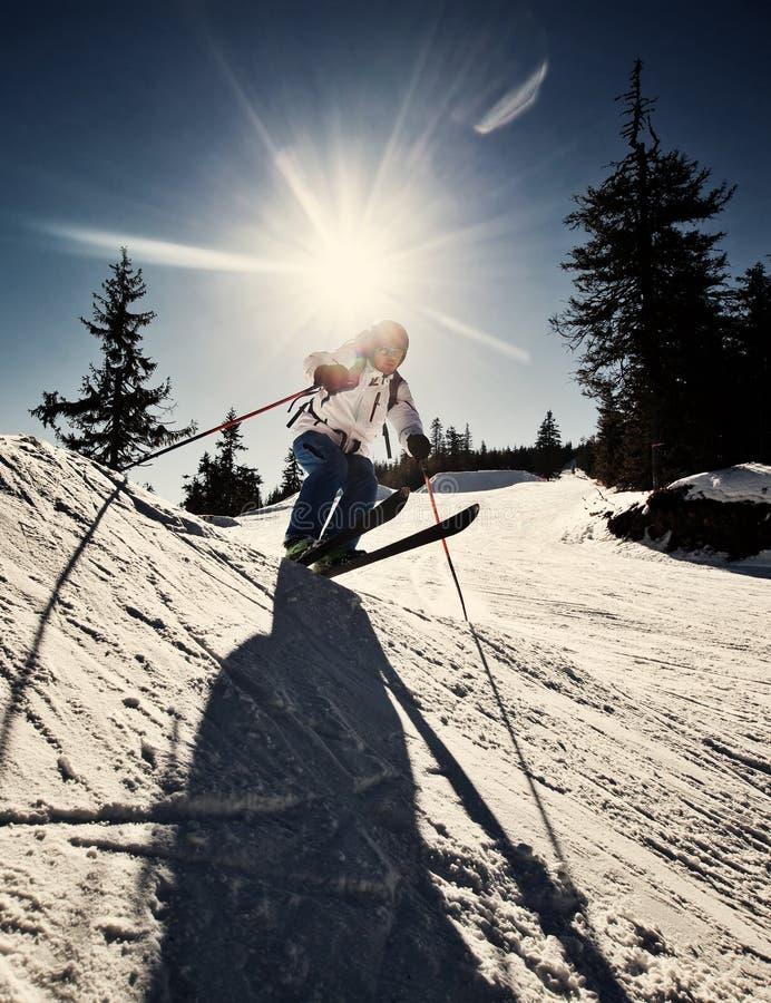 Homme pratiquant le ski extrême image stock