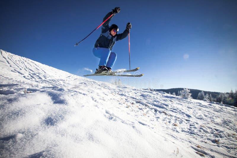 Homme pratiquant le ski extrême images libres de droits