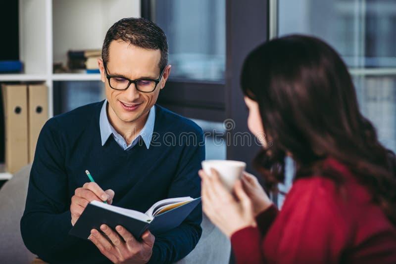 Homme prenant des notes dans le carnet image stock