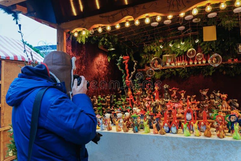 Homme prenant des photos de la stalle au marché de Noël chez Kaiser Wilhelm Memorial Church en hiver Berlin, Allemagne Advent Fai photo libre de droits