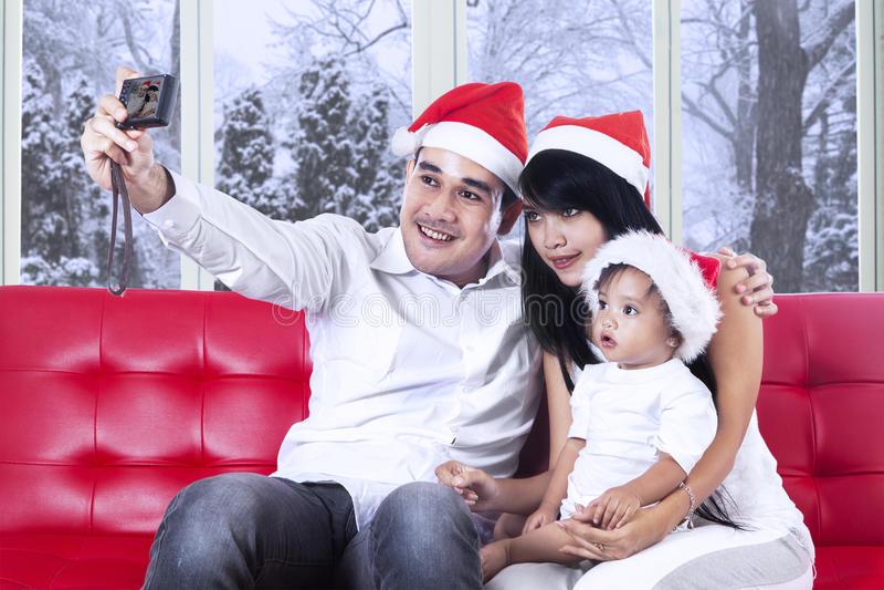 Homme prenant la photo de sa famille photo stock