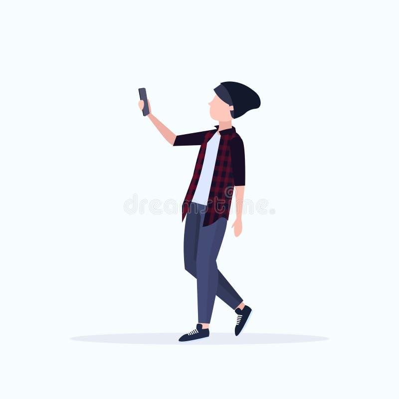 Homme prenant la photo de selfie sur le personnage de dessin anim? masculin occasionnel de cam?ra de smartphone dans le chapeau p illustration stock