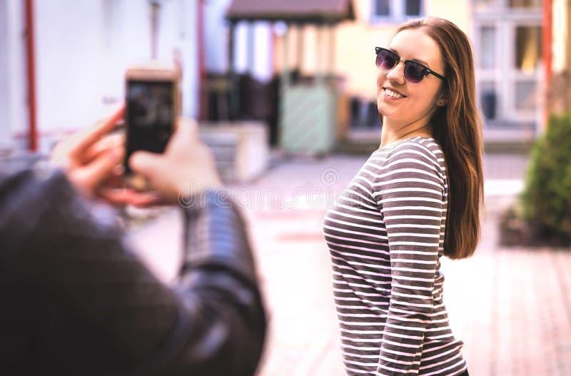Homme prenant la photo de son ami féminin images stock