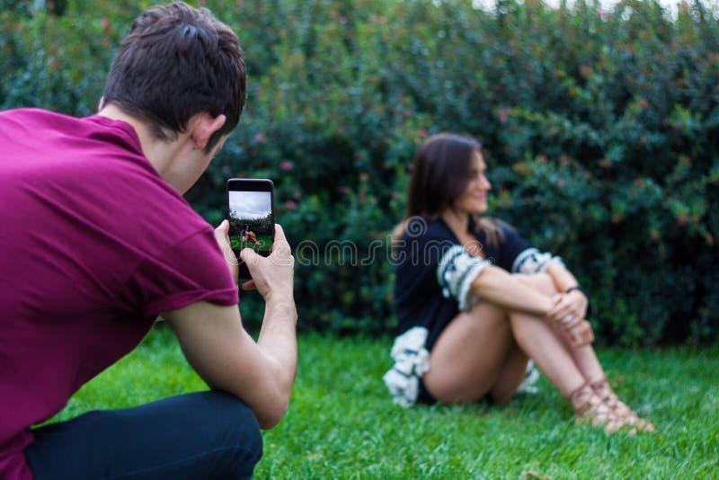 Homme prenant la photo des femmes avec le téléphone intelligent image stock