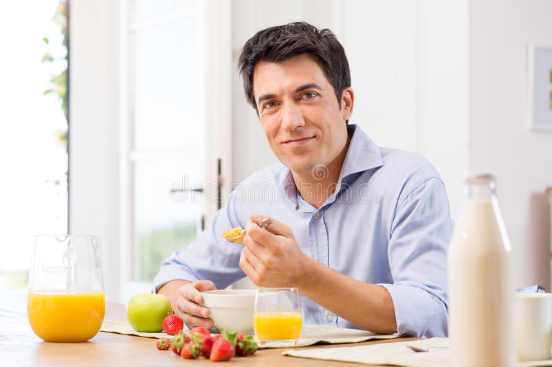Homme prenant le petit déjeuner image libre de droits