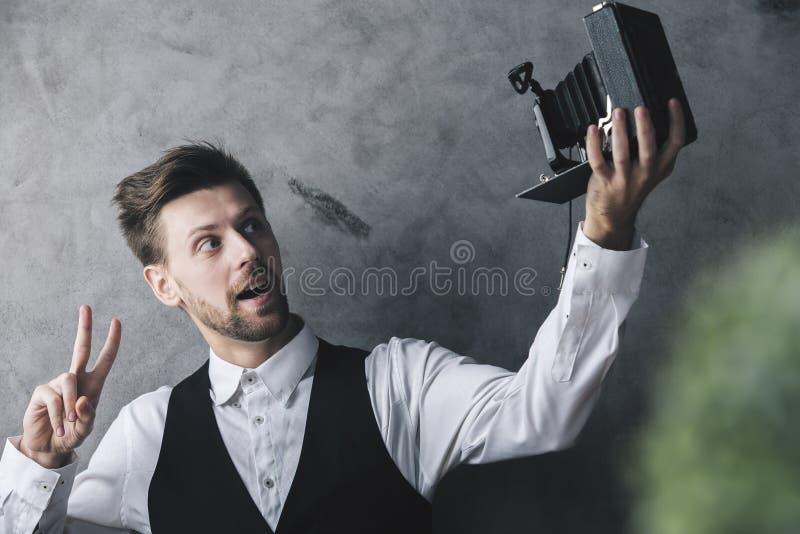 Homme prenant le selfie avec le rétro appareil-photo photos stock