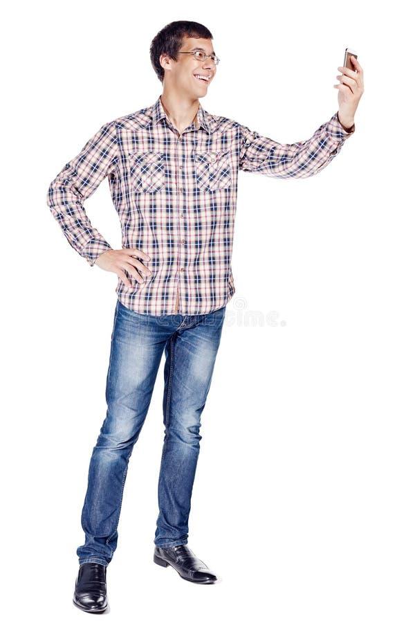 Homme prenant le selfie avec le plein corps de smartphone photos libres de droits