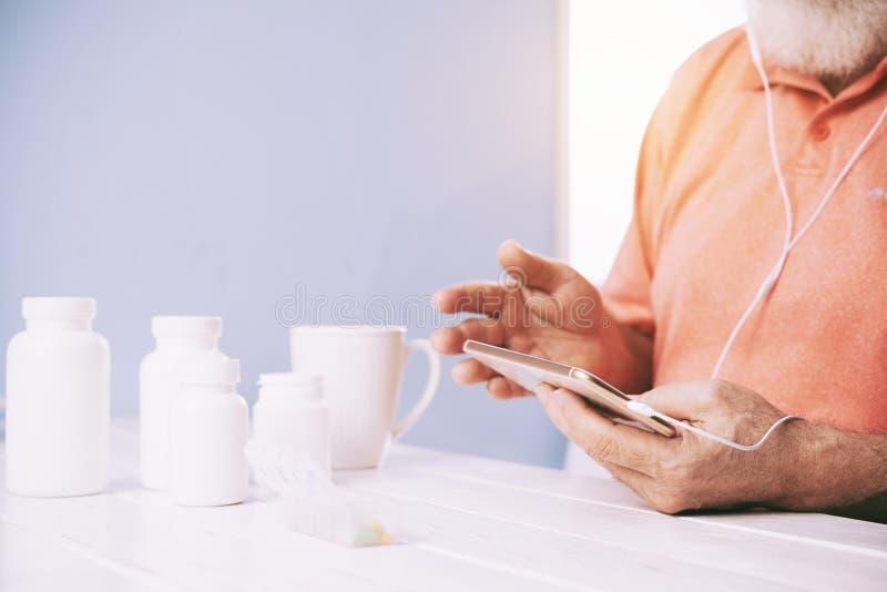 Homme prenant les pilules quotidiennes image stock