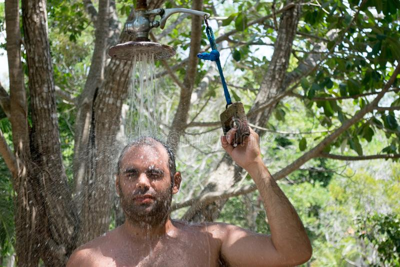 Homme prenant un bain dehors images stock