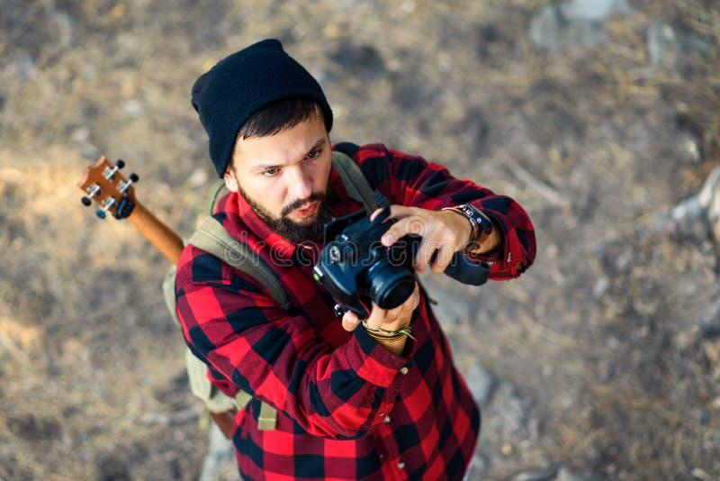Homme prenant une photo dehors images libres de droits