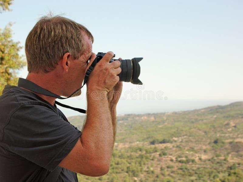 Homme prenant une photographie des vacances images libres de droits