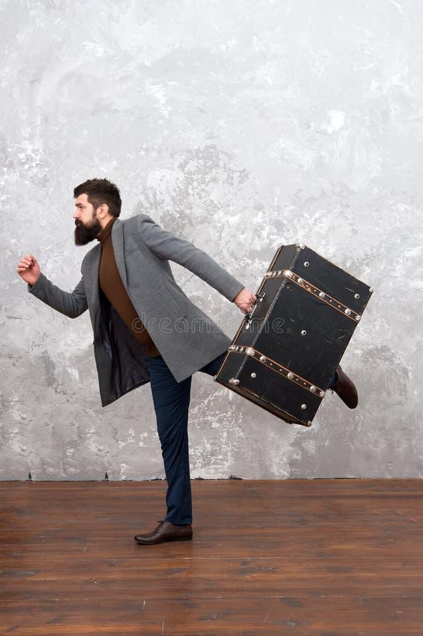 Homme press? D?p?chez-vous vers le haut L'homme avec le grand sac de voyage est pressé Coucher du soleil maldivien Homme d'affair photos stock