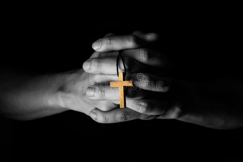 Homme priant à Dieu avec une bible dans la dévotion de matin photo stock