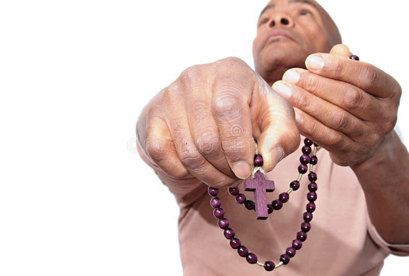 Homme priant à un dieu avec des perles de chapelet dans des ses mains images stock