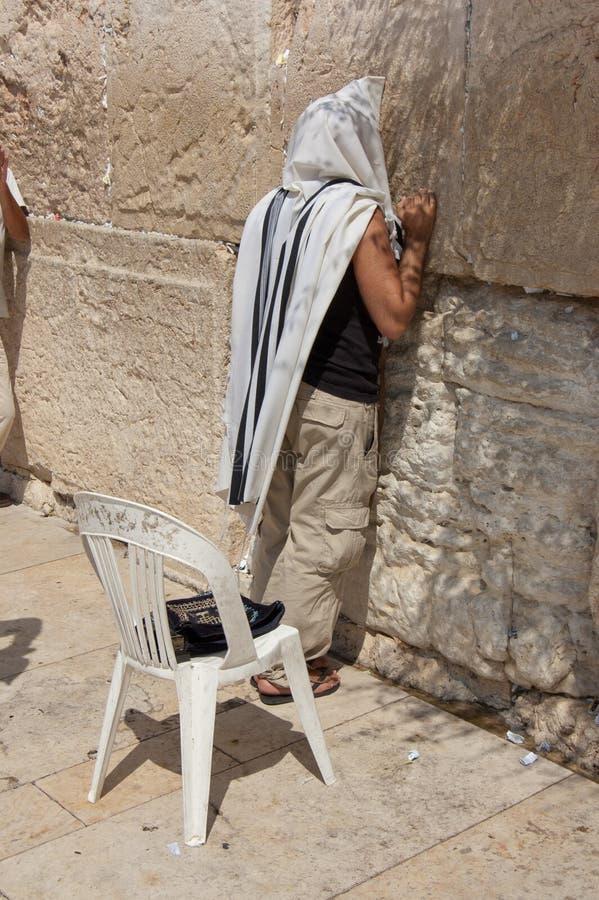 Homme priant au mur occidental photo libre de droits