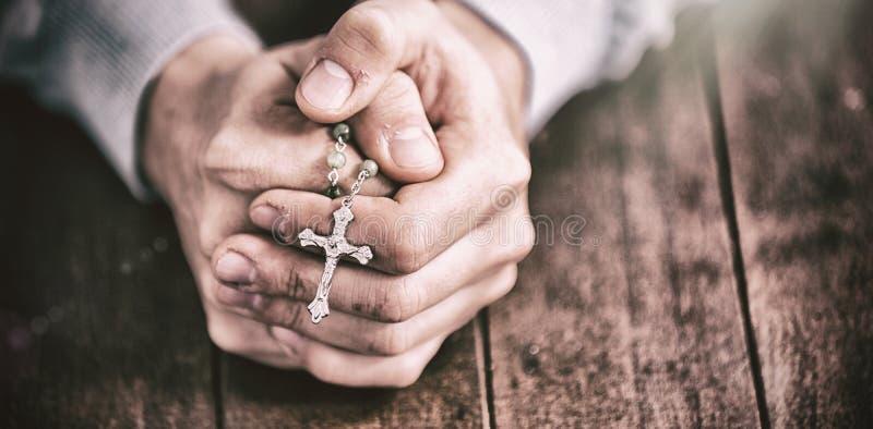 Homme priant avec le chapelet photos libres de droits