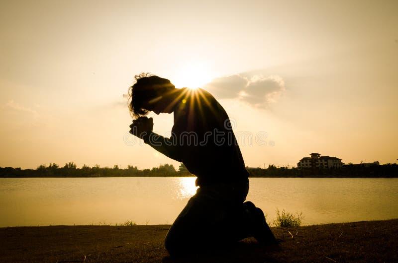 Homme priant pendant le matin. photographie stock libre de droits