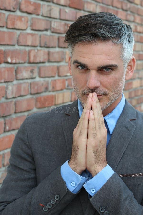 Homme priant quelqu'un pour quelque chose photographie stock