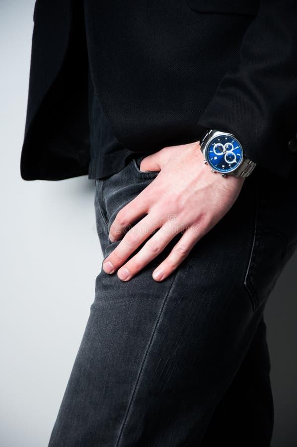 Homme principal cultivé dans le blazer noir avec la main dans la poche des jeans photos libres de droits