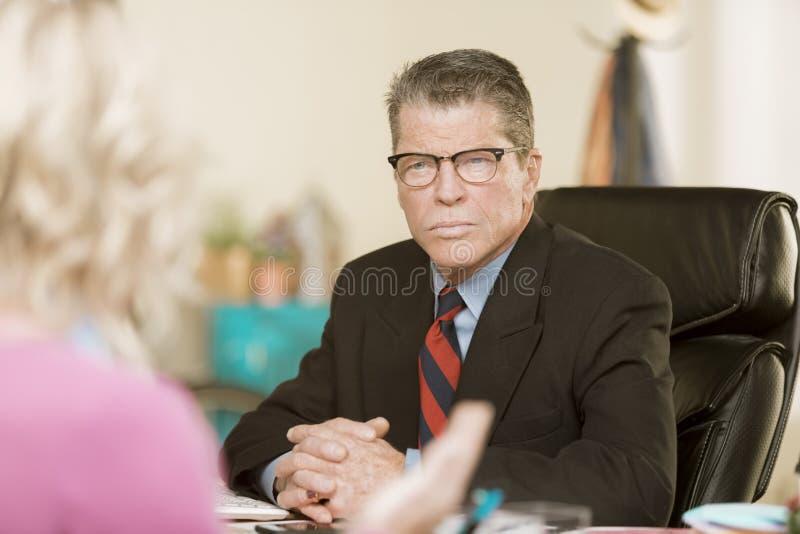 Homme professionnel dans une discussion photo libre de droits