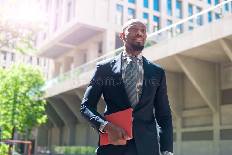 Homme professionnel urbain de sourire heureux à l'aide de la tablette dans l'ur photos libres de droits