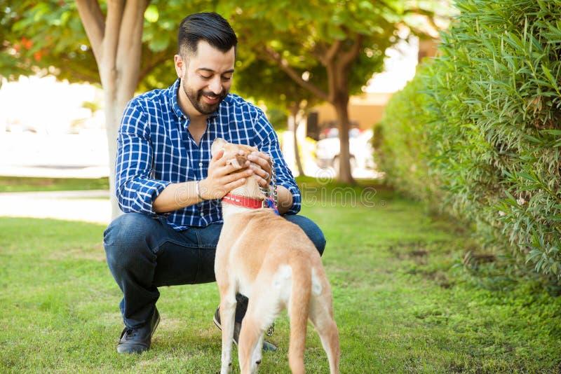 Homme profitant d'un agréable moment avec son chien image libre de droits