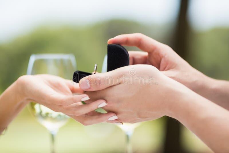 Homme proposant à la bague de fiançailles de offre de femme photos libres de droits