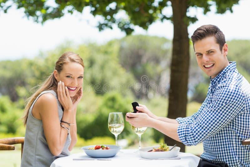 Homme proposant à la bague de fiançailles de offre de femme photos stock