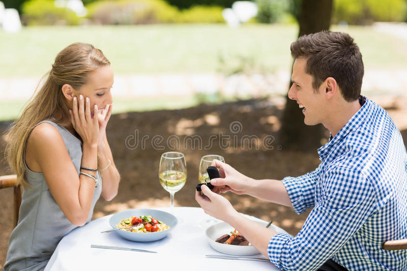 Homme proposant à la bague de fiançailles de offre de femme photo stock