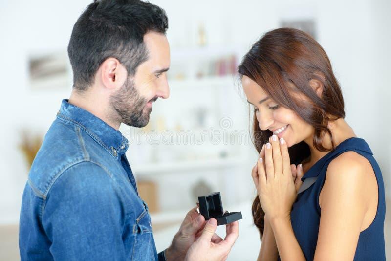 Homme proposant à la femme avec l'anneau images stock