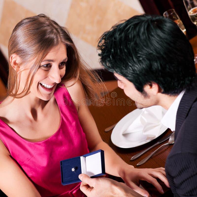 Homme proposant à la femme dans le restaurant photographie stock libre de droits