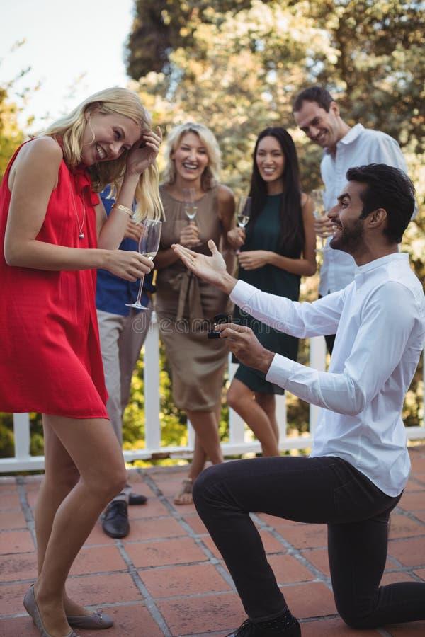 Homme proposant la femme dans le balcon photographie stock libre de droits