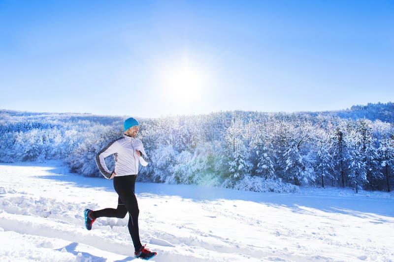 Homme pulsant en nature d'hiver photo libre de droits