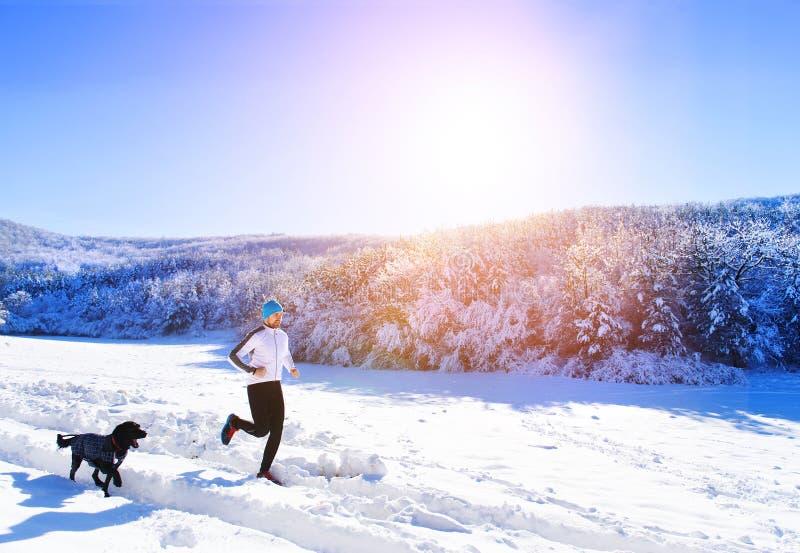 Homme pulsant en nature d'hiver photographie stock