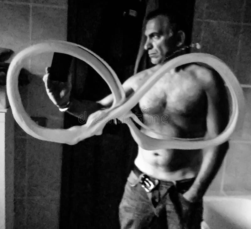 Homme qui prend un selfie dans le miroir après dessin du symbole de l'infini avec sa propre mousse de rasage photo stock
