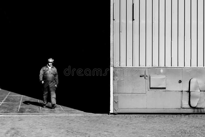 Homme quittant l'usine image libre de droits