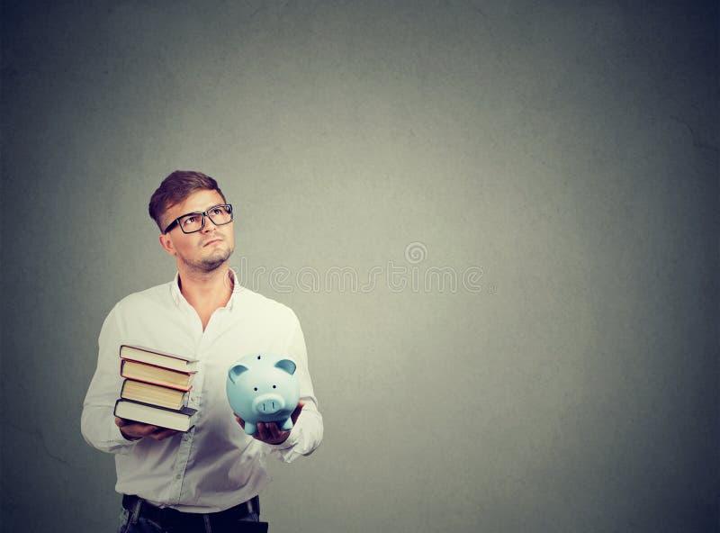 Homme réfléchi ayant le dilemme avec le paiement d'université images libres de droits