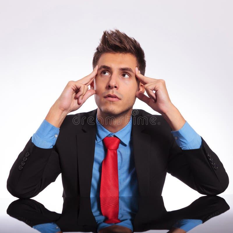 Homme réfléchi d'affaires au bureau image libre de droits