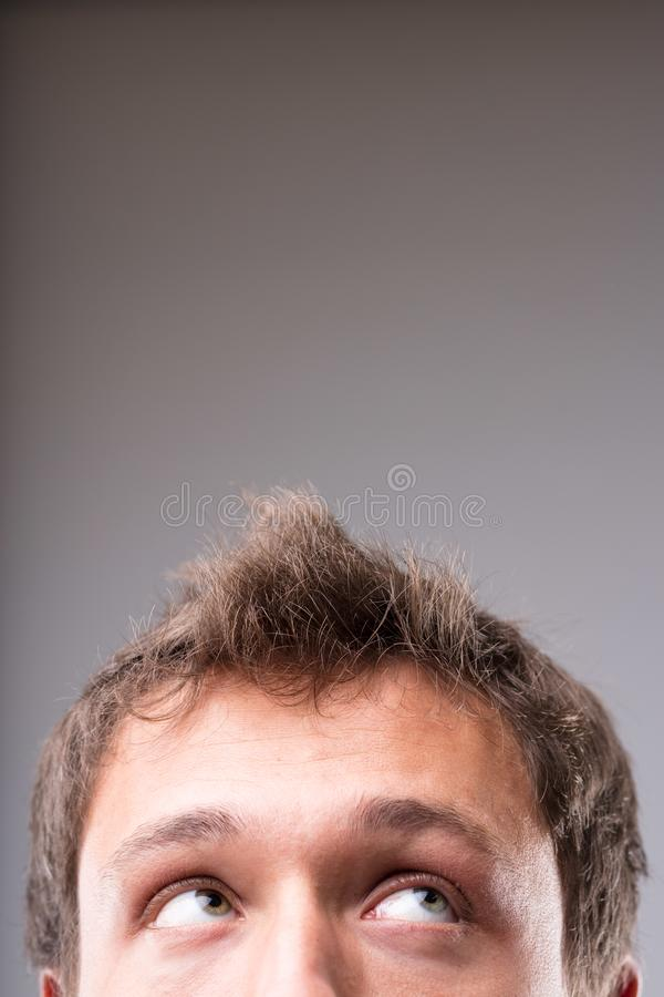 Homme réfléchi recherchant pour masquer l'espace de copie photo libre de droits