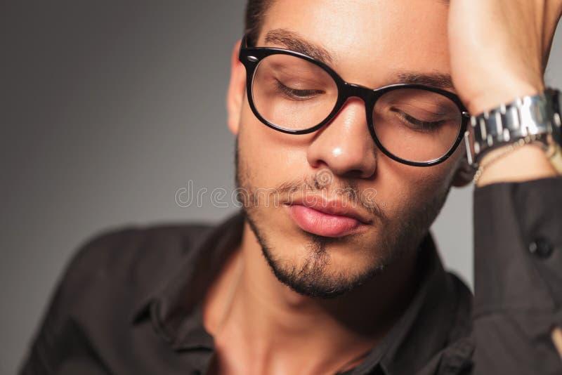 Homme réfléchi regardant vers le bas photos libres de droits