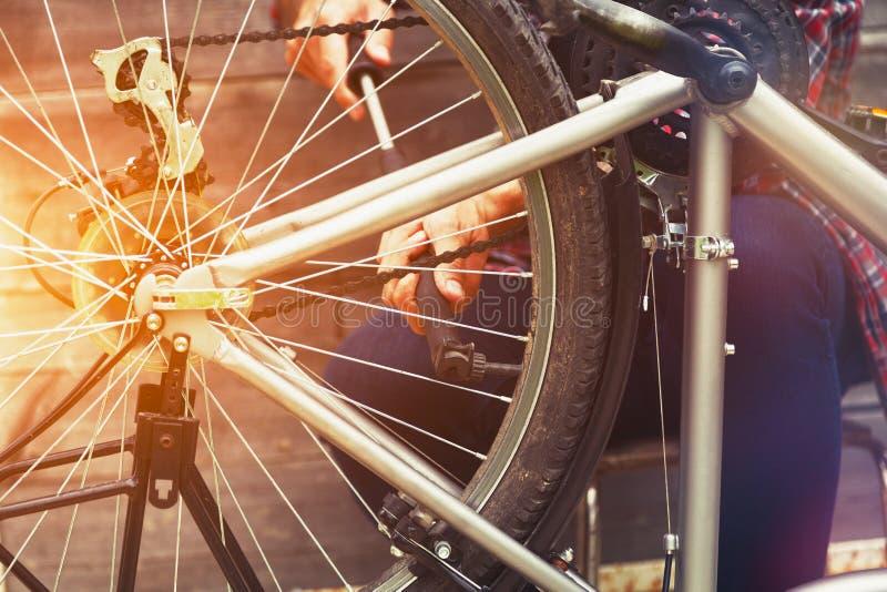 Homme réparant le vélo image libre de droits
